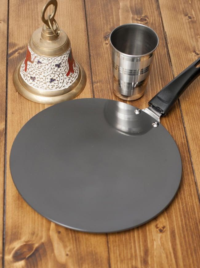 モダン・チャパティパン[厚さ3mmタイプ]の写真2 - チャイカップが映り込むほどつややかな表面です。