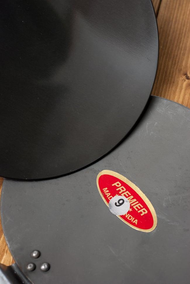 モダン・チャパティパン[厚さ3mmタイプ]の写真7 - 鋼鉄製のチャパティパン(右下)と比較してみるとこのような様子です。