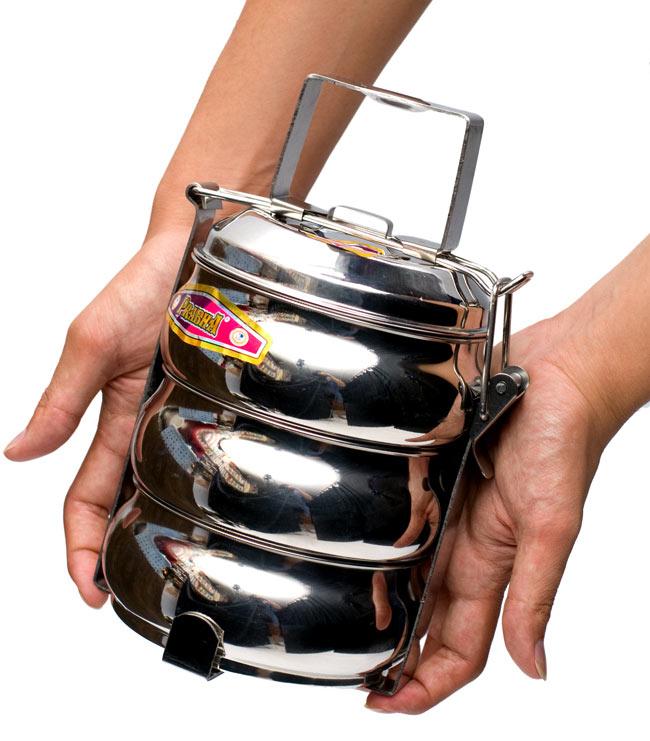 【3段】インドの弁当箱 ベーグル型[23cm(取手含む)] 10 - サイズを感じていただく為、手に持ってみたところです。