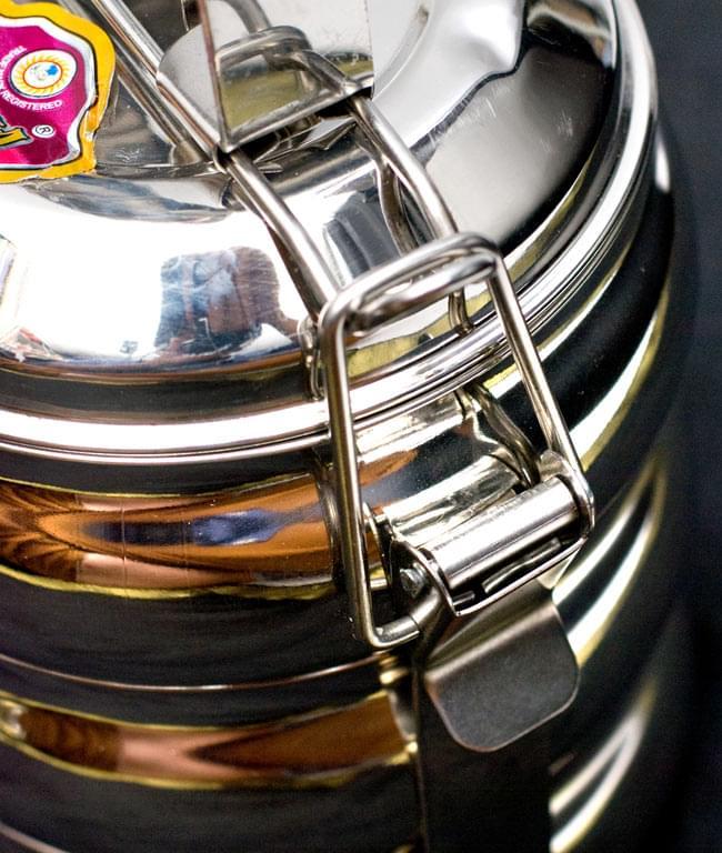 【3段】インドの弁当箱 ベーグル型[23cm(取手含む)] 6 - こちらの金具を上げると、取り外せるようになっています。