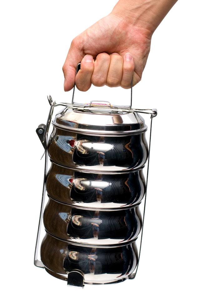 【4段】インドの弁当箱 ベーグル型 10 - サイズを感じていただく為、手に持ってみたところです。