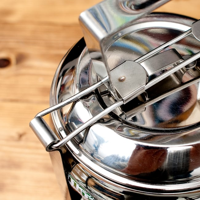 【4段】インドの弁当箱 ベーグル型 11 - 上から押さえつける構造になっている為、留め具の接触部分は、写真のように若干凹んでいる場合がございます。予めご了承くださいませ。