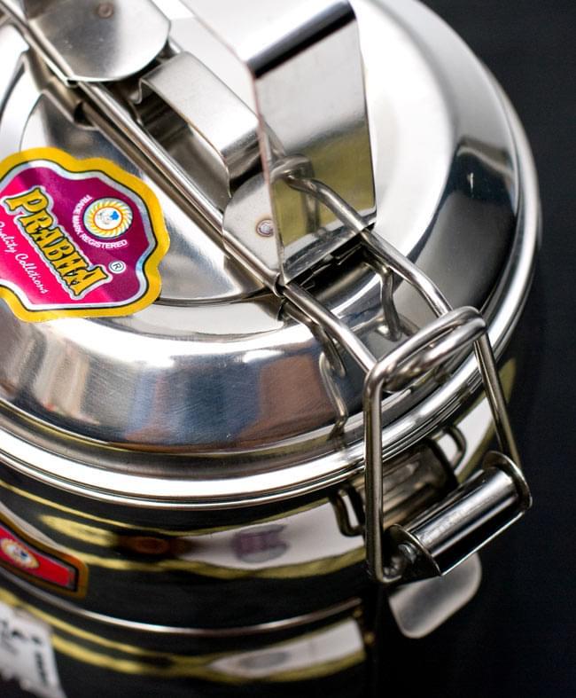 【4段】インドの弁当箱 ベーグル型 6 - こちらの金具を上げると、取り外せるようになっています。