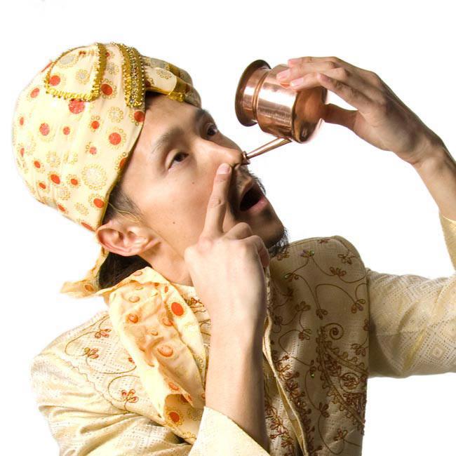 ステンレスのネティポット(鼻水差し)[ 直径:約8.5cm 高さ:8.5cm] 2 - 同ジャンル品をインドパパが使ってみました!人前では見せられない姿