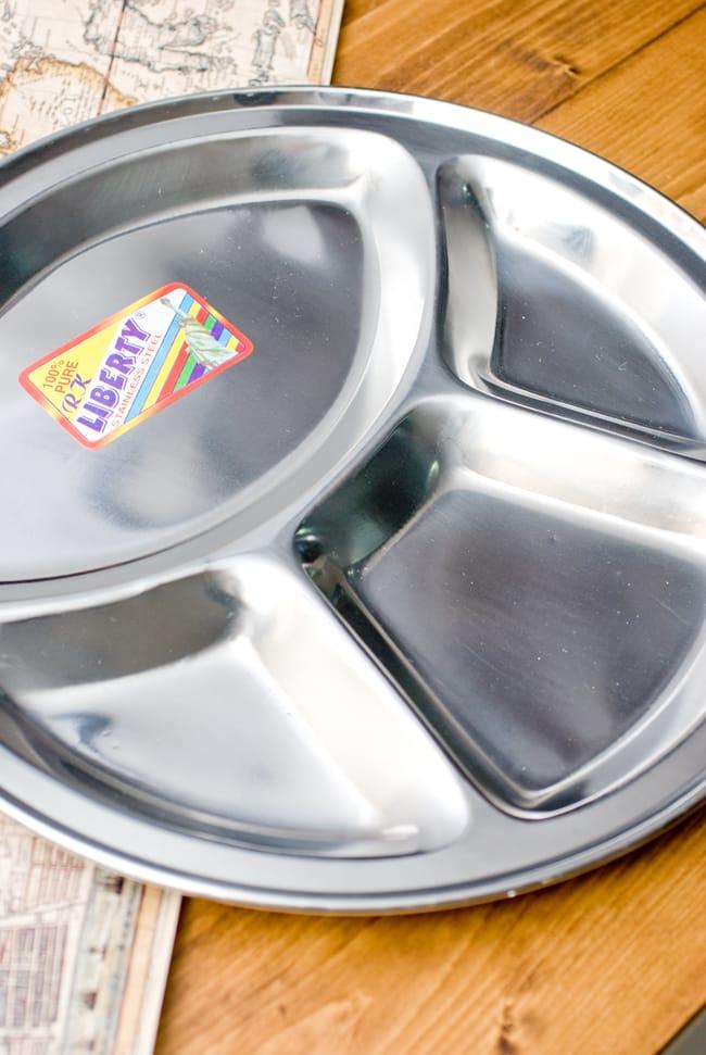 分割カレー丸皿【34cm】の写真2 - 小さなスペースにスパイシーな漬け物や豆カレー、サブジなどを入れます。大きなスペースにはご飯やチャパティなどを入れます。