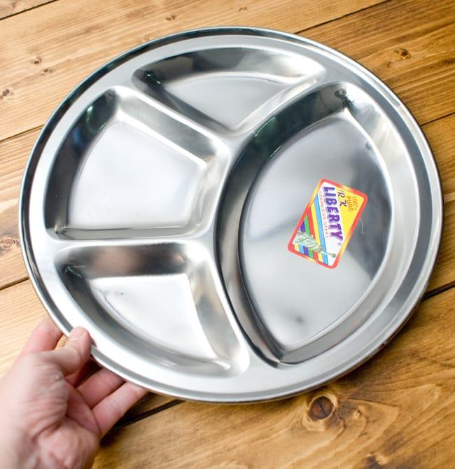 分割カレー丸皿【34cm】の写真4 - 手を添えるとこれくらいの大きさです。