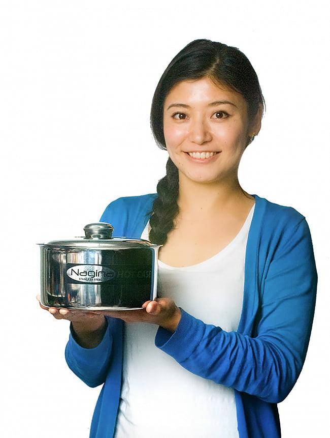 チャパティ保温器 6 - 手で持ってみるとこれくらいの大きさです。ご家庭に一台ぜひどうぞ!