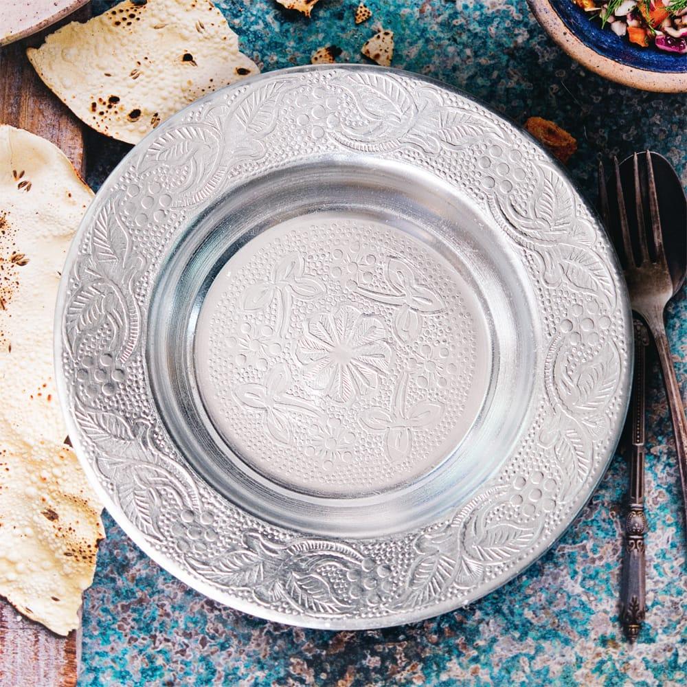 インド伝統唐草エンボスのアルミ皿【直径:13cm】 10 - 【お皿の柄 - G】はこちらです。また、柄は若干異なる場合がございます。