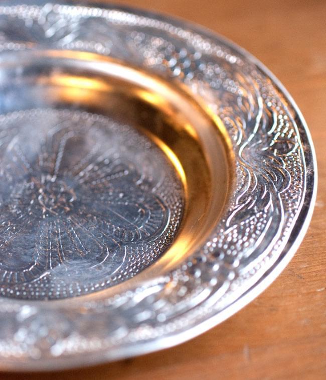 インド伝統唐草エンボスのアルミ皿【直径:13cm】 2 - 拡大写真です