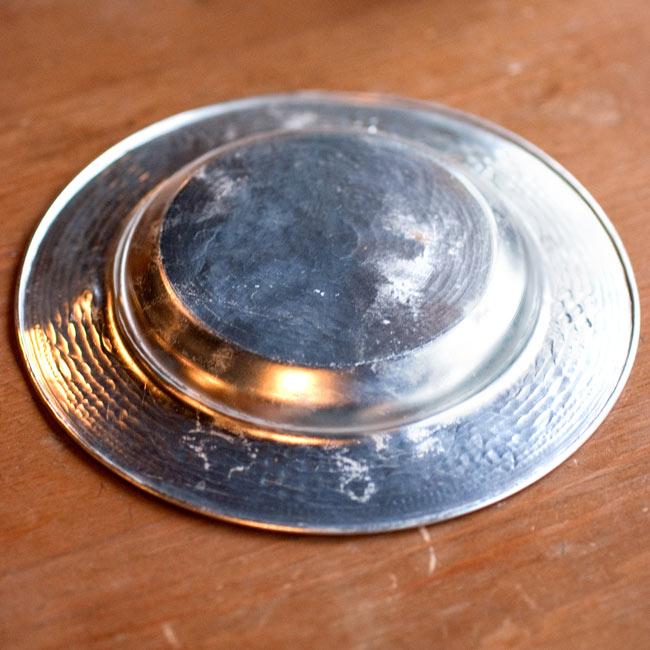 インド伝統唐草エンボスのアルミ皿【直径:13cm】 3 - 裏面の写真です