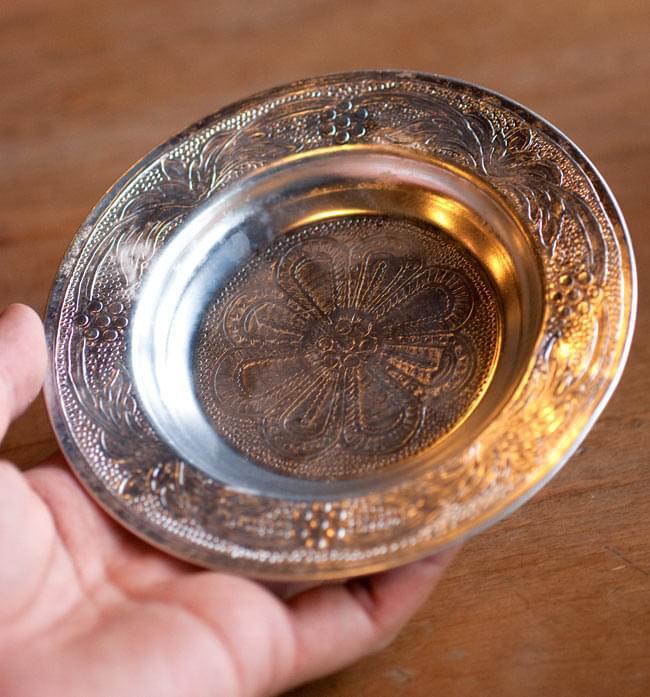インド伝統唐草エンボスのアルミ皿【直径:13cm】 4 - 大きさが分るように、手に持ってみました。エンボスとっても素敵です。