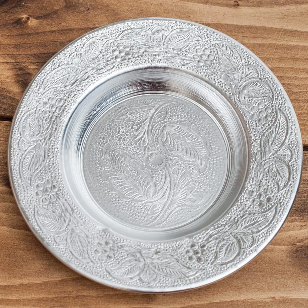 インド伝統唐草エンボスのアルミ皿【直径:13cm】 5 - 【お皿の柄 - B】はこちらです。また、柄は若干異なる場合がございます。