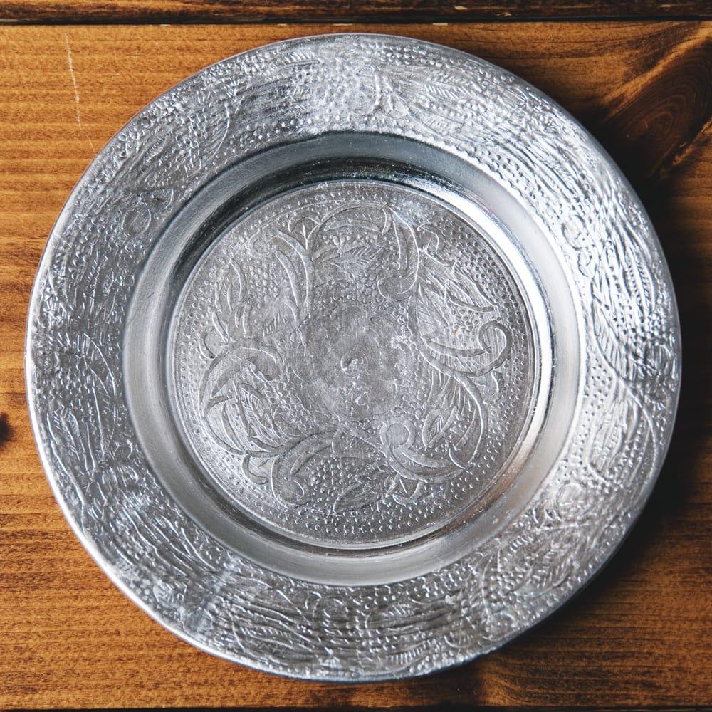 インド伝統唐草エンボスのアルミ皿【直径:13cm】 7 - 【お皿の柄 - D】はこちらです。また、柄は若干異なる場合がございます。