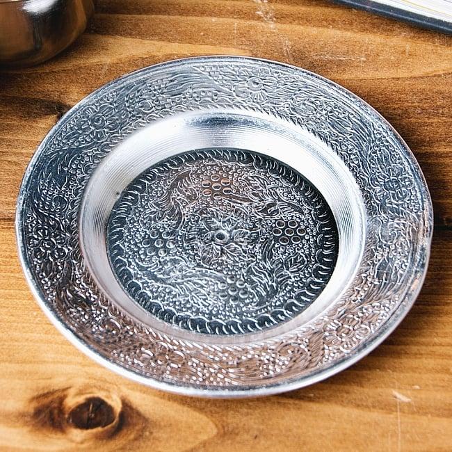 インド伝統唐草エンボスのアルミ皿【直径:13cm】 8 - 【お皿の柄 - E】はこちらです。また、柄は若干異なる場合がございます。