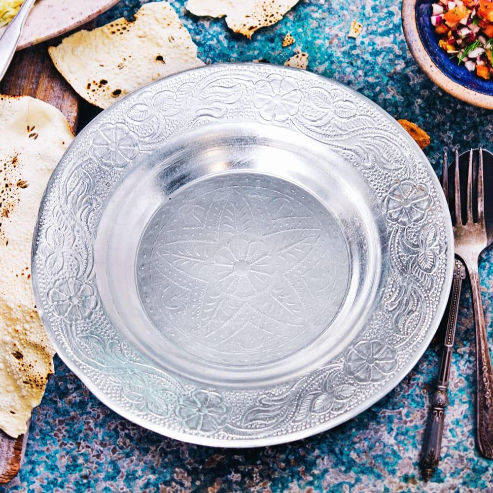 インド伝統唐草エンボスのアルミ皿【直径:13cm】 9 - 【お皿の柄 - F】はこちらです。また、柄は若干異なる場合がございます。