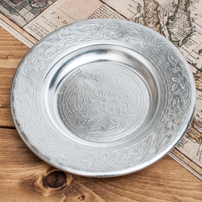インド伝統唐草エンボスのアルミ皿【直径:16cm】の写真2 - 拡大写真です