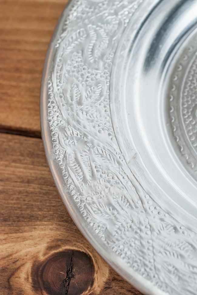 インド伝統唐草エンボスのアルミ皿【直径:16cm】の写真4 - 模様がインドらしいですね