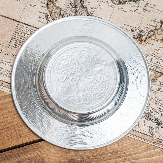 インド伝統唐草エンボスのアルミ皿【直径:16cm】の写真5 - 大きさが分るように、手に持ってみました。エンボスとっても素敵です。