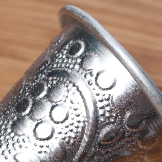 インド伝統唐草エンボスのアルミコップ【高さ:約7.3cm】の写真4 - 拡大写真です