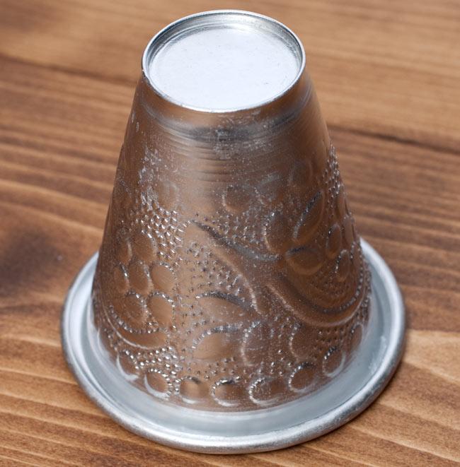 インド伝統唐草エンボスのアルミコップ【高さ:約7.3cm】の写真5 - 逆さまにしてみました