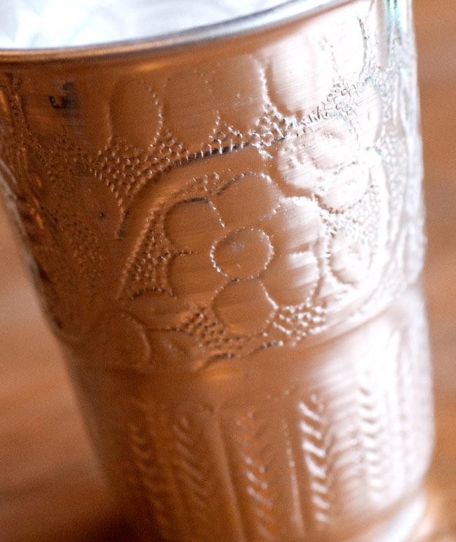 インド伝統唐草エンボスのアルミコップ【高さ:10.5cm】の写真3 - 拡大写真です