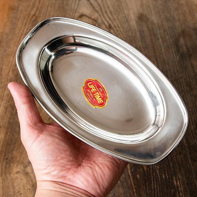 インドのステンレス製 オーバルプレート[約19cm×11.5cm]の写真5 - 同ジャンルのオーバル型プレートの使用例です。インドでは一つのお皿に数人分のカレーを入れ、何人かで取り分ける時にも使います。もちろん、カレーとご飯の一人分用にもちょうどいいですよ!