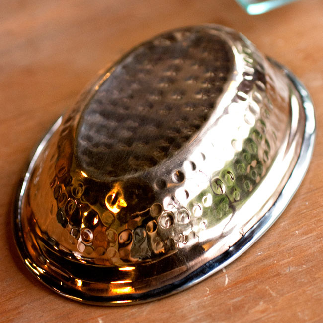 【冷めにくい!二層式】インドのステンレスと銅製 オーバルプレート[約19.2cm×13.2cm]の写真3 - 裏面の写真です。裏面は銅になっています。