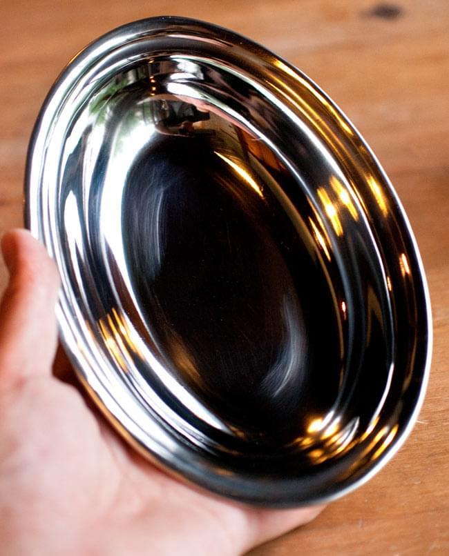 【冷めにくい!二層式】インドのステンレスと銅製 オーバルプレート[約19.2cm×13.2cm]の写真5 - サイズ比較のために、手と一緒に撮影してみました