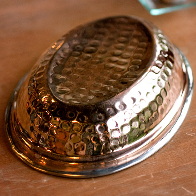 【冷めにくい!二層式】インドのステンレスと銅製 オーバルプレート[約21.8cm×15cm]の写真3 - 裏面の写真です。裏面は銅になっています。