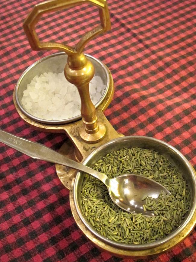 持ち手付き!インドのピクルスホルダー 11 - 現地ではピクルス入れとして以外に、このように使われております。他にも、アイスクリームやデザート入れとしても華やかです!