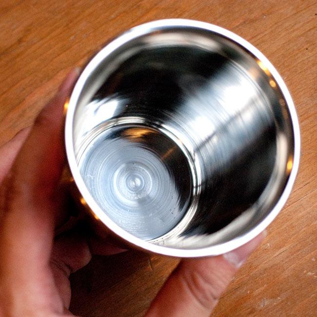 インドの鎚目付き銅装飾コップ【高さ:9cm×直径:8.2cm】 2 - 内側の写真です