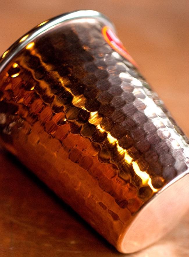 インドの鎚目付き銅装飾コップ【高さ:9cm×直径:8.2cm】 3 - 横からの写真です