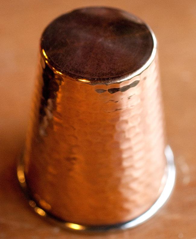 インドの鎚目付き銅装飾コップ【高さ:9cm×直径:8.2cm】 4 - 底面はこのようになっております