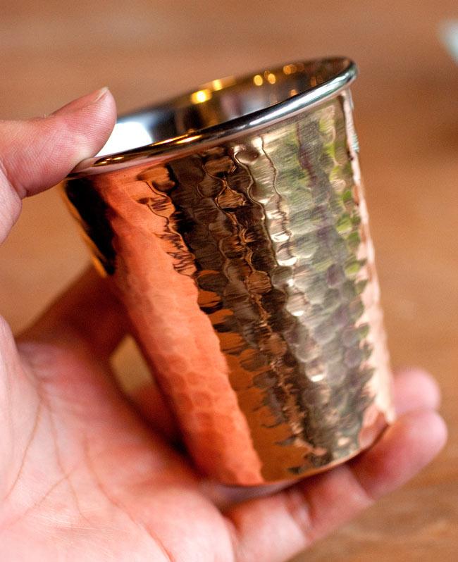 インドの鎚目付き銅装飾コップ【高さ:9cm×直径:8.2cm】 5 - サイズを感じていただく為、手に持ってみたところです。手触りも良いですよ!