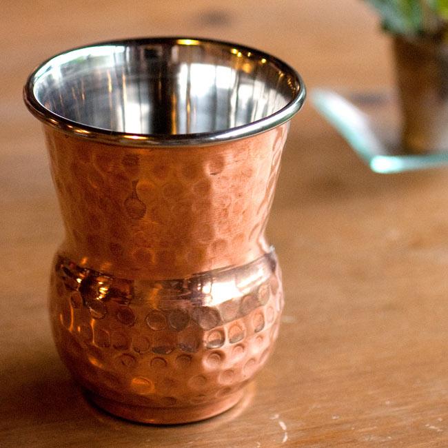 インドの鎚目付き銅装飾コップ【高さ:12cm×直径:8.5cm】の写真