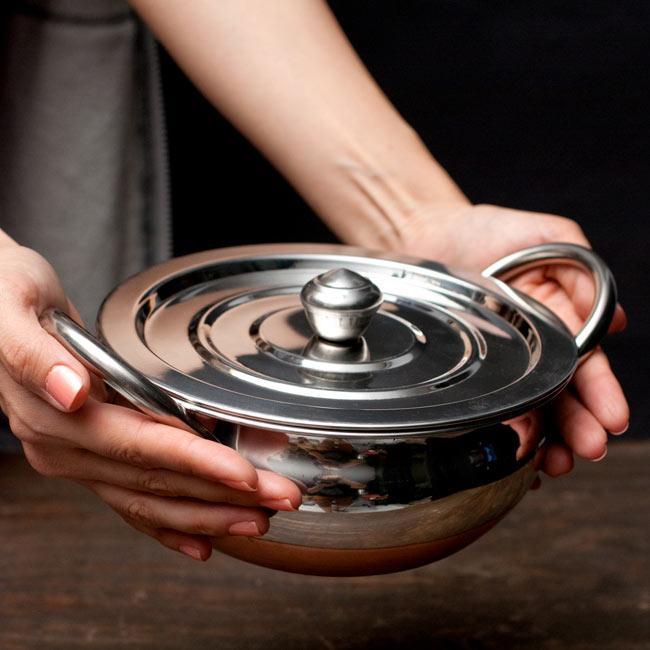 【蓋と持ち手付き】ハンディ - インドの鍋【直径約18cm】 6 - サイズを感じていただく為、手に持ってみたところです。
