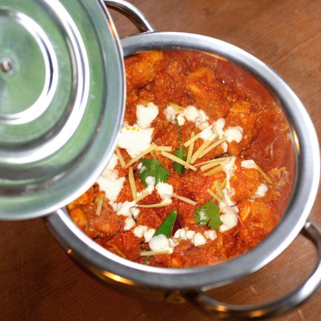 【蓋と持ち手付き】ハンディ - インドの鍋【直径約18cm】 8 - 同ジャンル品の使用例です。本格的な料理へオススメ!