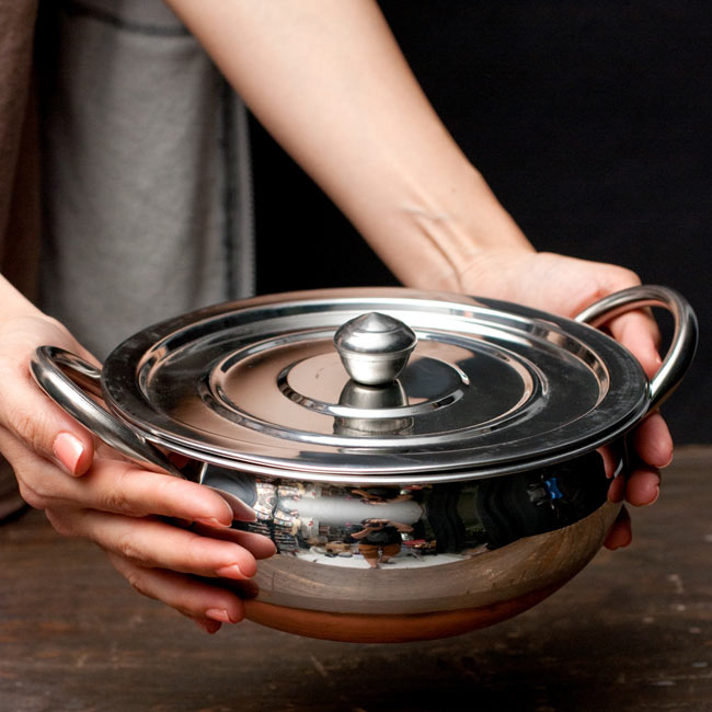 【蓋と持ち手付き】ハンディ - インドの鍋【直径約20cm】 6 - サイズを感じていただく為、手に持ってみたところです。