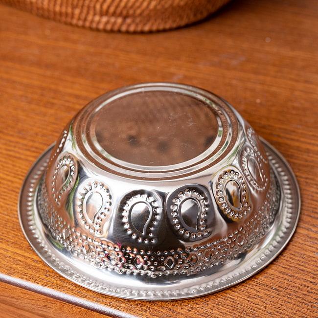 ペイズリーエンボスのアルミ皿【直径:約14cm】 5 - 手に取るとこれくらいの大きさです。