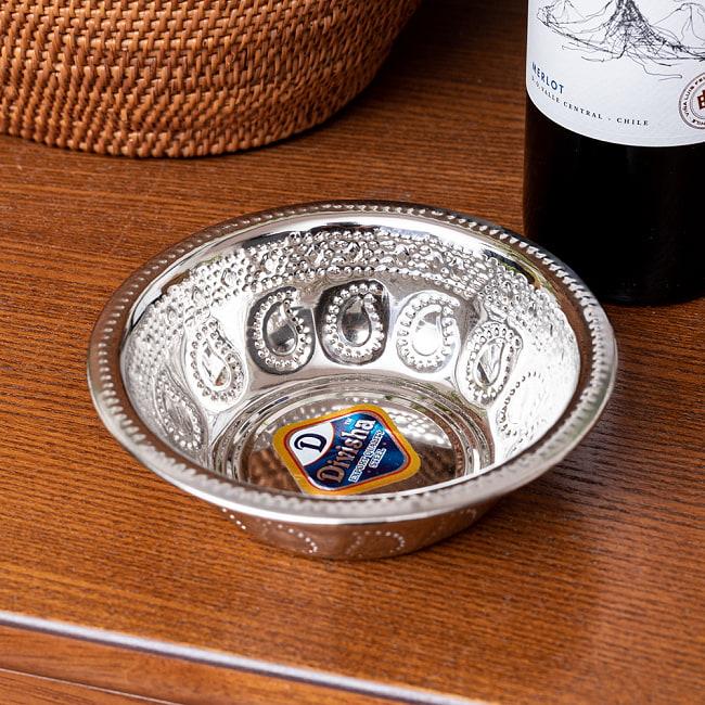 ペイズリーエンボスのアルミ皿【直径:約14cm】の写真