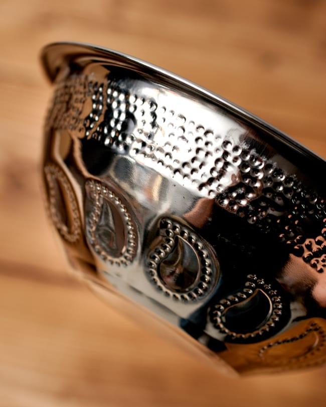 ペイズリーエンボスのアルミ皿【直径:15.8cm】の写真2 - 近づいて見てみました。きらびやかな紋様が美しいですね。