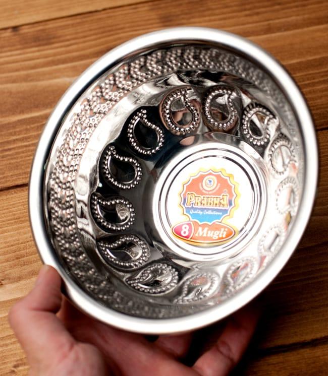 ペイズリーエンボスのアルミ皿【直径:15.8cm】の写真5 - 手に取るとこれくらいの大きさです。