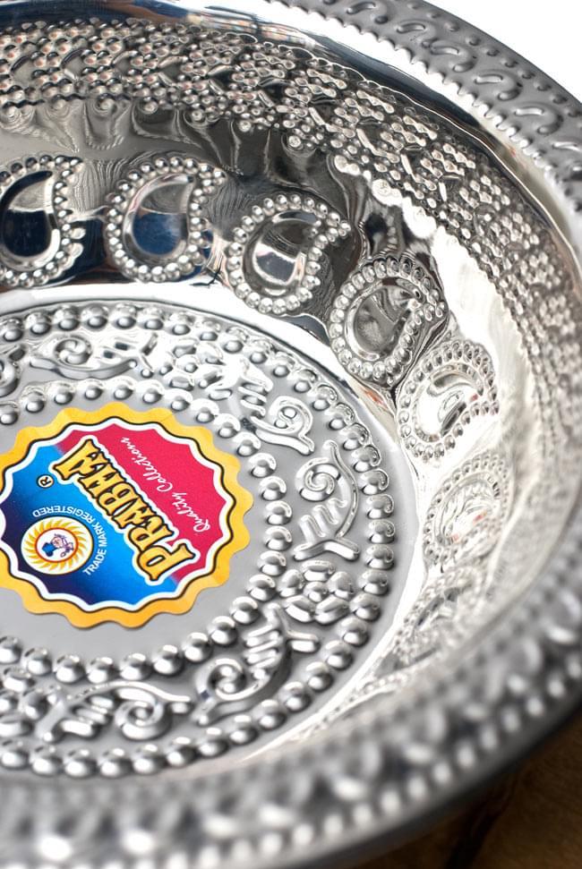 ペイズリーエンボスのアルミ皿【直径:19.5cm】の写真2 - 近づいて見てみました。きらびやかな紋様が美しいですね。