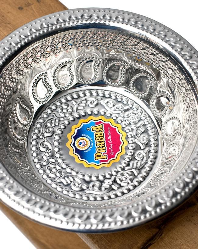 ペイズリーエンボスのアルミ皿【直径:19.5cm】の写真3 - 上から見てみました。果物などを入れるのにぴったりですね。シールの色は異なる場合がございます。