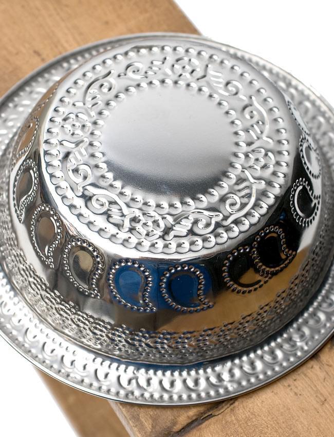 ペイズリーエンボスのアルミ皿【直径:19.5cm】の写真4 - 裏面を見てみました。