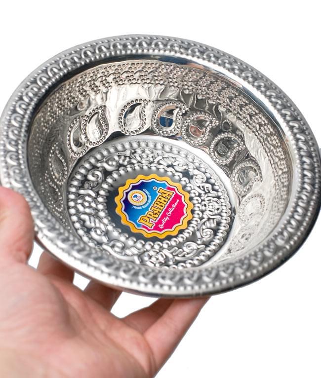 ペイズリーエンボスのアルミ皿【直径:19.5cm】の写真5 - 手に取るとこれくらいの大きさです。