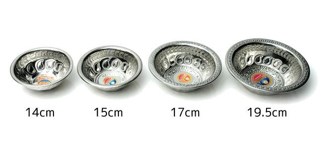 ペイズリーエンボスのアルミ皿【直径:19.5cm】の写真6 - 類似商品と並べてみました。