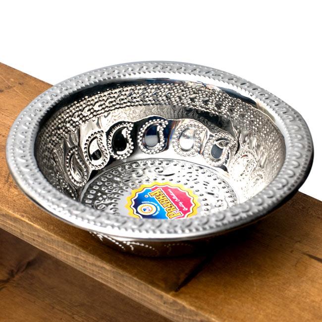 ペイズリーエンボスのアルミ皿【直径:19.5cm】の写真
