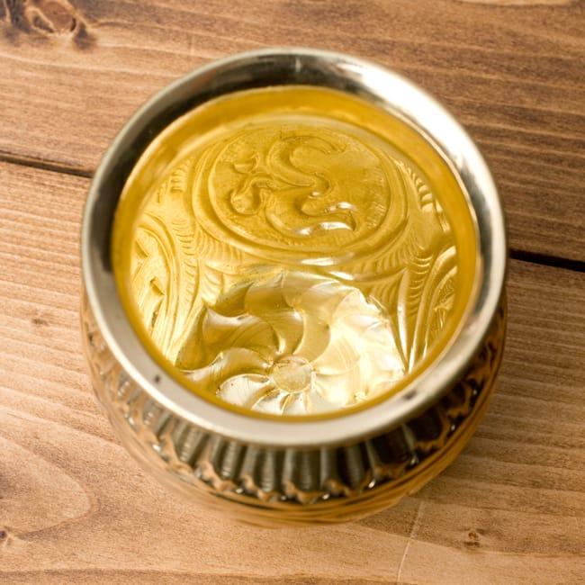 インドの装飾つき水差し【ブラス】[8.5cm]の写真6 - 美しい金色ですね。
