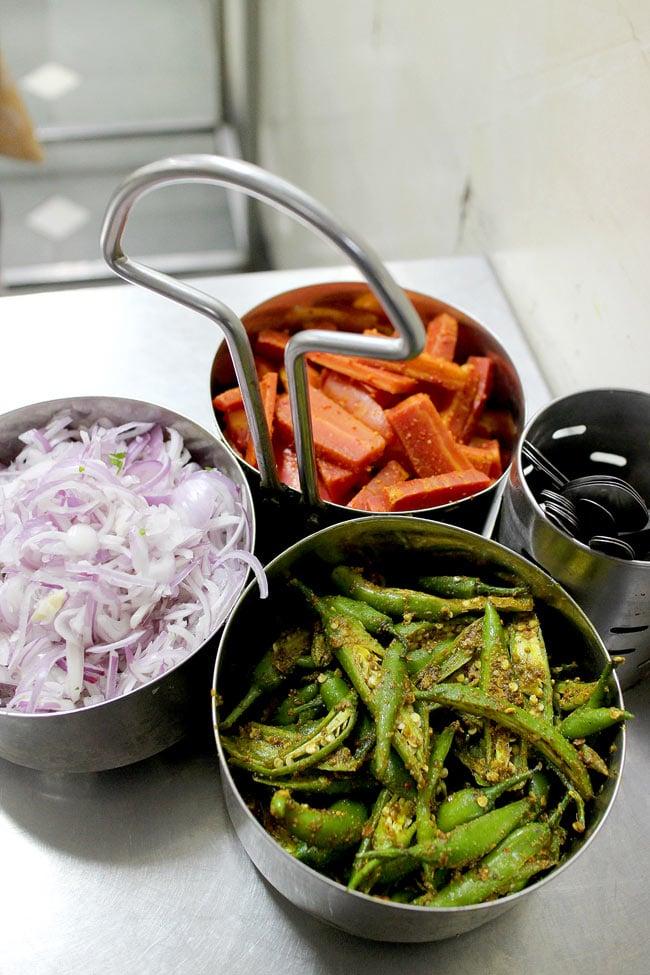 南インドのカレー・サーバー 3ピースタイプ 7 - インドでの食堂ではアチャール(漬け物)をサーブするのにも用いられていました。